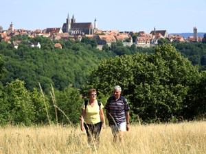 Wanderer vor der Kulisse der mittelalterlichen Stadt
